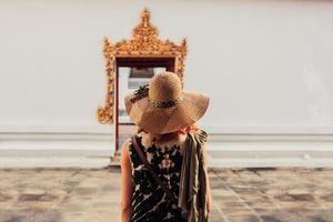 Frau, die Tür zum buddhistischen Tempel betrachtet foto