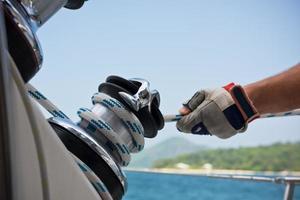 Winde und Seeleute Hände auf einem Segelboot foto