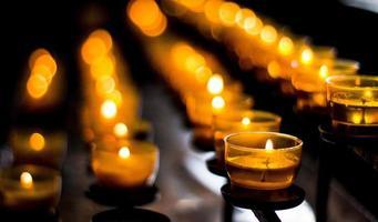Reihen von brennenden Kerzen