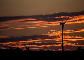 Während des orangefarbenen Sonnenuntergangs bilden sich dunkle Wolken