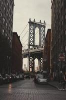 New York City, 2020 - Fahrzeuge in der Nähe der Brücke geparkt foto