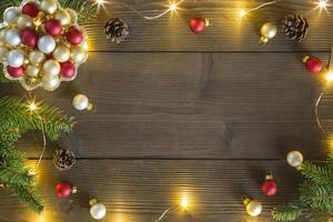 Weihnachtsdekoration, die einen Holztisch umrahmt foto