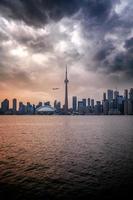 Blick auf Toronto, Kanada von der anderen Seite des Wassers in der Abenddämmerung