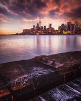 Stadtufer während des Sonnenuntergangs am Abend foto