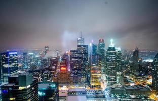 beleuchtete Hochhäuser foto