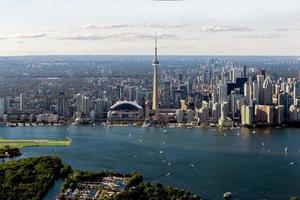 graue Gebäude nahe dem Gewässer im Luftbild