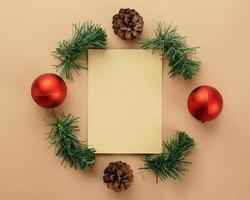 Kraftpapier mit Weihnachtsdekor foto