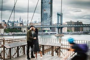 attraktives Paar umarmt in New York City foto