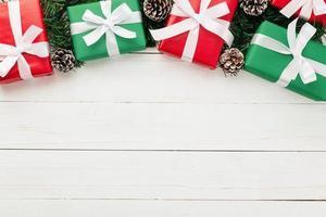 flache Lage der Weihnachtsgeschenke auf weißem hölzernem Hintergrund