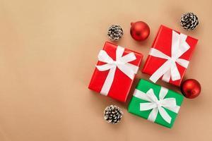 Draufsicht auf Weihnachtsgeschenke foto