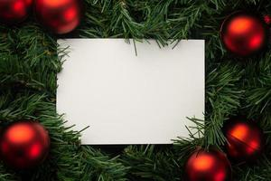 Papier umgeben von Weihnachtsdekor foto