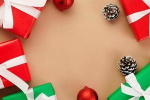 Draufsicht auf Kraftpapier mit Weihnachtsdekor foto