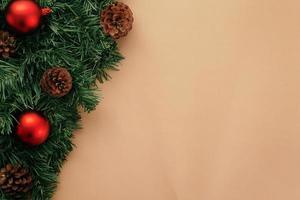 Weihnachtsdekoration auf Kraftpapier foto