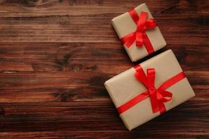 Draufsicht von Weihnachtsgeschenken auf Holzoberfläche