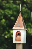 weißes und braunes Vogelhaus foto