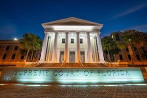 Zeitraffer des Obersten Gerichtshofs von Florida in der Nacht foto