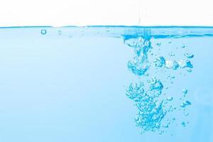 Wassertropfen auf der Wasseroberfläche und Blasen
