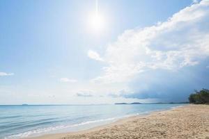 Blick auf den Strand und den klaren Himmel