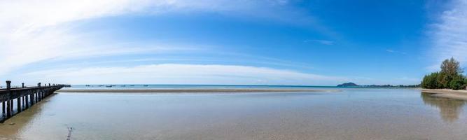 Blick auf das Meer vom Strand aus