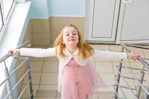 jüngeres Schulmädchen auf der Treppe foto