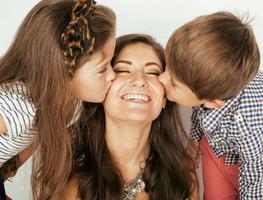 junge Mutter mit zwei Kindern auf Weiß foto