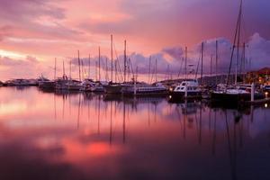 Reflexion des Sonnenuntergangs mit Segelbooten bei Sabah, Borneo, Malaysia