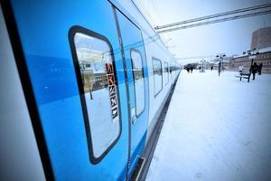 Bahnsteig im Winter im Freien