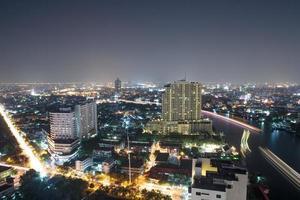 Bangkok in der Nacht mit Blick auf den Chao Phraya Fluss