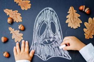 Kinderhände schreiben auf eine Tafel foto