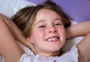 kleines Mädchen aufwacht