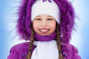 glückliches lächelndes Mädchen in der Winterkleidung foto
