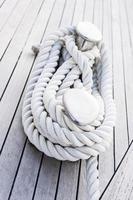 Seil an der Klampe festziehen. Trosse. Segelyacht. Deck.