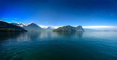 Panoramablick auf den Luzerner See mit den Schweizer Alpen im Frühjahr