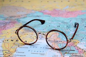 Brille auf einer Karte von Asien - Myanmar foto