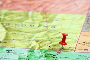 Cheyenne auf einer Karte von USA festgesteckt foto