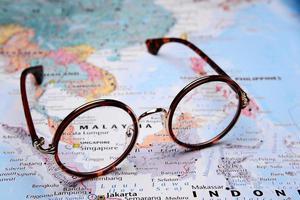 Brille auf einer Karte von Asien - Singapur foto