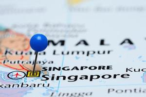 Singapur auf einer Karte von Asien festgesteckt