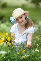 glückliches junges Mädchen im Feld der Blumen foto