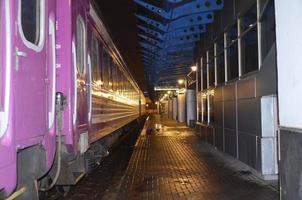Zug und Bahnhof foto
