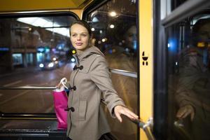 hübsche, junge Frau in einer Straßenbahn / Straßenbahn