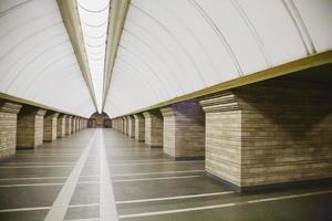 U-Bahnstation in einer großen Stadt foto