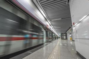 die U-Bahnstation mit Bewegungsunschärfe.