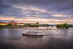 Fluss in Prag am Abend