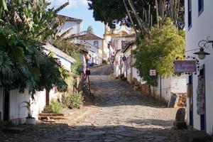 die Straße führt zu einer Kirche