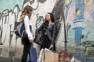 Zwei Mädchen reden und gehen
