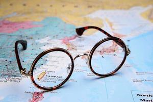 Brille auf einer Karte von Asien - Taibei foto