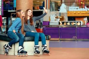 schöne Mädchen auf dem Rollerdrome