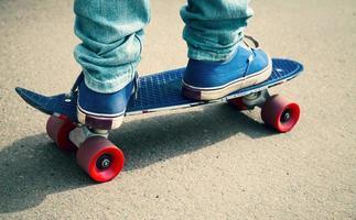 Skateboarder in Gummischuhen, der auf seinem Skate steht