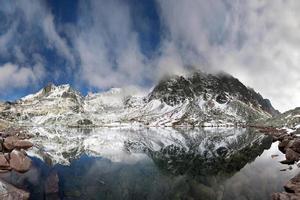 Kristallsee in den felsigen Bergen