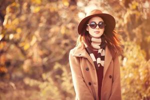 Frau im Herbstpark